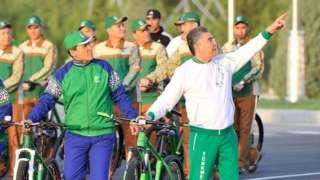 Presidente Berdymukhammedov em passeio de bicicleta