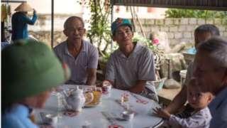 Bà con xóm giềng đến chia sẻ nỗi đau với gia đình ông Nguyễn Đình Tú, có thân nhân nghi nằm trong số 39 nạn nhân tại Anh.