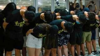 香港大學學生會成員就評議會七一刺警案決議鞠躬道歉(9/7/2021)