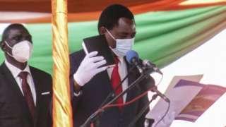 Hakainde Hichilema dey hold Bible