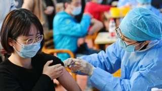 中国正在呼吁民众尽快接种新冠疫苗。