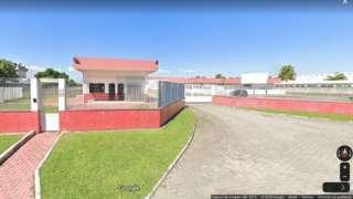 Reprodução de imagem do Google Street View mostra fachada e portaria de fábrica durante o dia