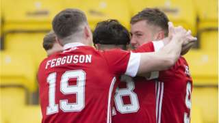 The Aberdeen players celebrate Callum Hendry's goal making it 1-0