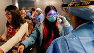 Toma de temperatura a una viajera que llega a Perú.