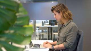 Natali Suonvieri trabalha no laptop