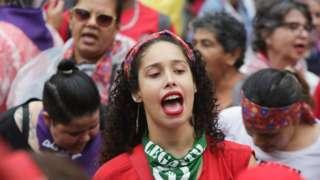 Protesta de mujeres por igualdad de derechos en Brasil.