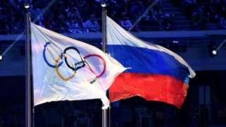 Bandeira russa ao lado do símbolo da Olimpíada
