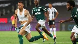 Breno Lopes celebra el gol de la victoria