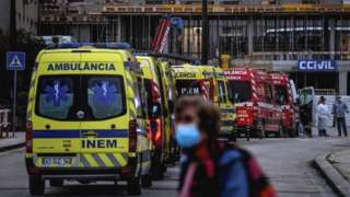 Fila de ambulâncias em um hospital de Lisboa