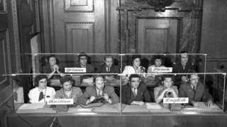 Los intérpretes sentados