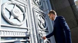 Шведский дипломат заходит в здание МИД России