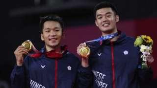 Các vận động viên đoạt huy chương vàng Lee Yang và Wang Chi-Lin của Đài Loan
