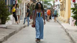 """Protagonista de """"Siempre Bruja"""" camina por las calles de Cartagena."""