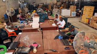 Les travailleurs scannent les produits pour les livrer à l'entrepôt Ikeja de l'entreprise à Lagos.