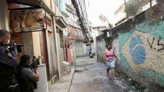 Policiais armados no Jacarezinho