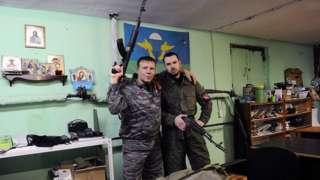 Dos miembros del RIM en uno de sus centros de entrenamiento en San Petersburgo.