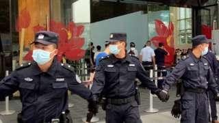 保安员拉起封锁线围封恒大集团深圳总部入口(13/9/2021)
