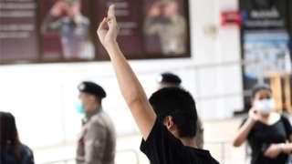 เยาวชนที่ถูกตั้งข้อหา 112 ทำสัญลักษณ์ชู 3 นิ้ว ก่อนเข้าพบพนักงานสอบสวน สน. นางเลิ้ง