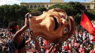 Manifestantes exibem cabeça de Bolsonaro em ato contra o presidente no Rio, em 29 de maio