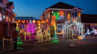 أضاف صاحب المنزل كل عام المزيد من الأضواء في الموسم الاحتفالي إلى أن وصل العدد إلى المليون.
