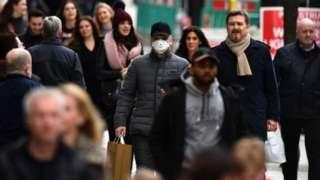 """英國政府的前首席科學顧問戴維•金爵士說,政府部長在是否放鬆隔離限制的問題上似乎軟化了測試的立場,""""或許我們正在走向群體免疫?"""""""