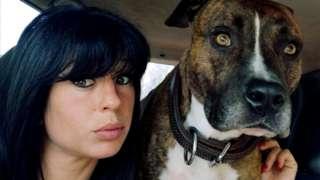 Elisa Pilarski, 29, com um de seus cães
