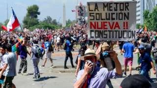 Portestas en Chile piden cambio de Constitución