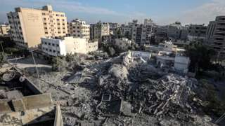 Palestinians inspect remains of Hamas interior ministry building in Gaza City destroyed in Israeli air strike (13 November 2018)