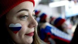 Une fan russe assiste à un match de mise au point entre la Corée du Sud et des athlètes olympiques de Russie avant le tournoi de hockey sur glace masculin des Jeux olympiques d'hiver de 2018 à Anyang Ice Arena.