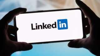 Tela de celular mostra logo do LinkedIn