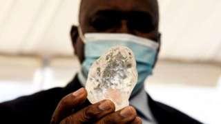 这巨大的宝石仅比 2015 年,同样在博茨瓦纳发现的全球第二大钻石略轻。