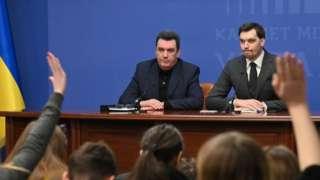اولکسی دانیلوف (سمت چپ) در میزگرد مطبوعاتی روز بعد از شلیک به هواپیمای مسافری در کنار نخستوزیر اوکراین (سمت راست)