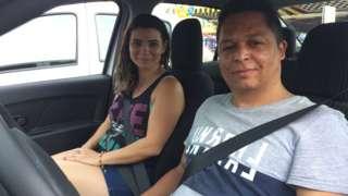 O casal Rafaela Machado e Elisangelo Sena dividem o carro para fazer, cada um, jornadas de 12 horas diárias em aplicativos de transporte, como Uber e 99