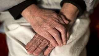 Mãos de idosa