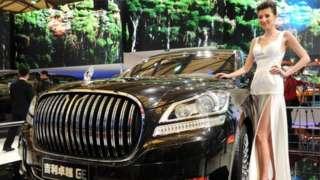 Modelo ao lado de carro de luxo