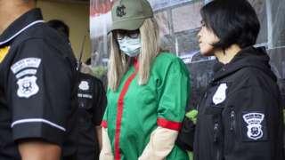 Polisi menghadirkan artis Lucinta Luna (tengah) pada rilis kasus narkoba di Polres Metro Jakarta Barat, Rabu (12/02). Lucinta Luna ditetapkan sebagai tersangka kasus kepemilikan narkoba.