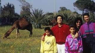 القذافي مع زوجته وأبنائه في باب العزيزية عام 1992