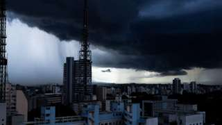 Prédios de São Paulo sob nuvens pesadas