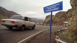 Табличка на азербайджанском языке недалеко от Капана