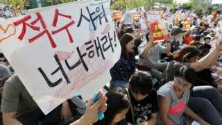 16일 오후 인천 서구 인천 2호선 완정역 인근에서 시민들이 '붉은 수돗물' 사태의 철저한 원인규명과 대책을 촉구하며 구호를 외치고 있다