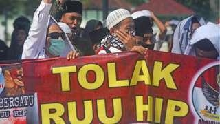 Sejumlah warga yang tergabung dalam Forum Ormas Banten Bersatu (FOBB) berunjuk rasa menolak RUU Haluan Ideologi Pancasila (HIP) di halaman Masjid Agung Kesultanan Banten di Kasemen, Serang, Jumat (26/06).