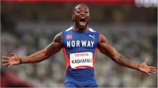 Salum Ageze Kashafali, da equipe da Noruega, comemora depois de quebrar o recorde mundial e ganhar a medalha de ouro nos 100 metros masculinos - final T12 no dia 5 dos Jogos Paraolímpicos de Tóquio 2020
