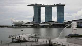 เมอร์ไลออนกับตึกมารินาเบย์แซนด์ในสิงคโปร์