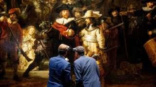 رجلان أمام اللوحة