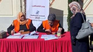 Palestinian election officials register voters in Gaza City (10/02/21)