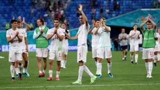 لاعبو منتخب إسبانيا بعد الفوز على سويسرا
