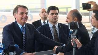 presidente Bolsonaro fala com jornalistas ao sair do Palácio da Alvorada