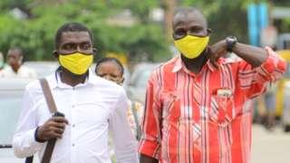 Des personnes portant un masque en tissus