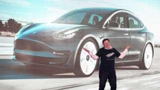CEO da Tesla Elon Musk gesticula durante cerimênia em Shanghai, na China