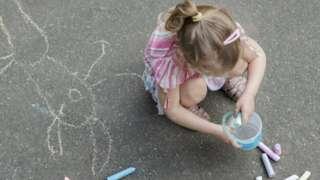 صورة تعبيرية لطفلة تلعب بالحضانة